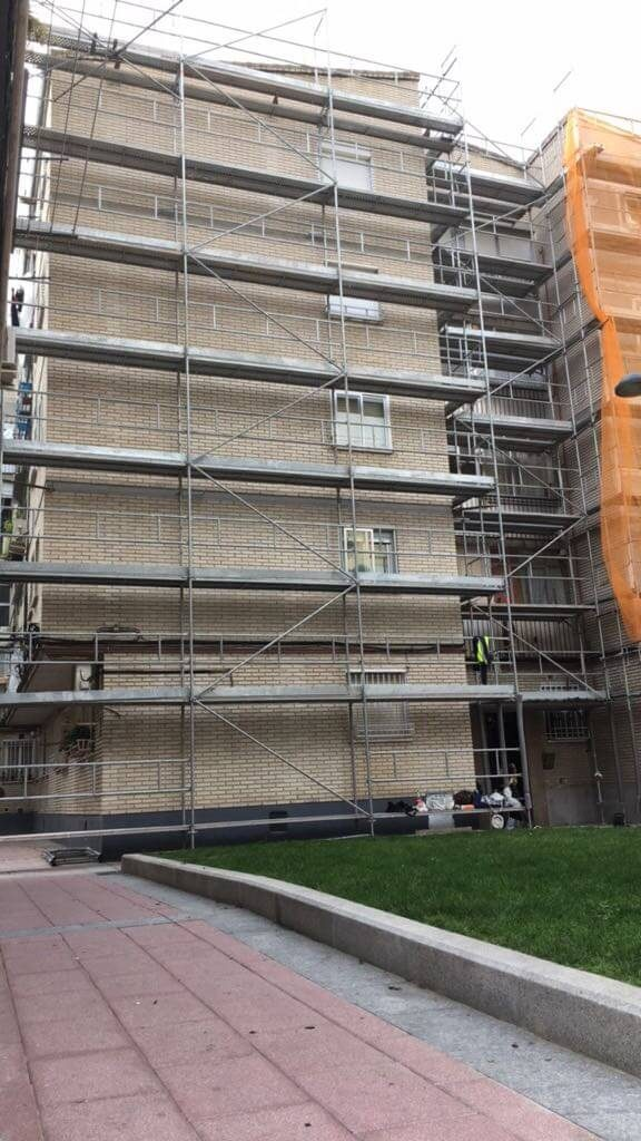 Montaje de andamios para fachada en la calle Huesca, Getafe