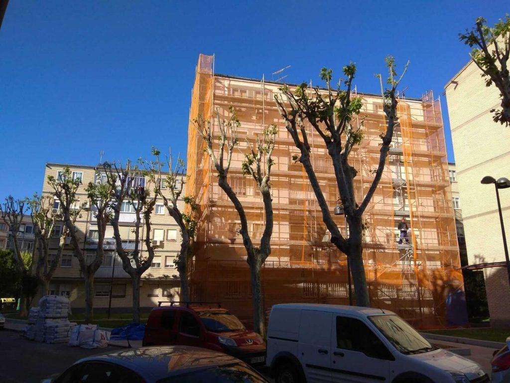Montaje de andamios para fachadas en la Calle Platea, Madrid