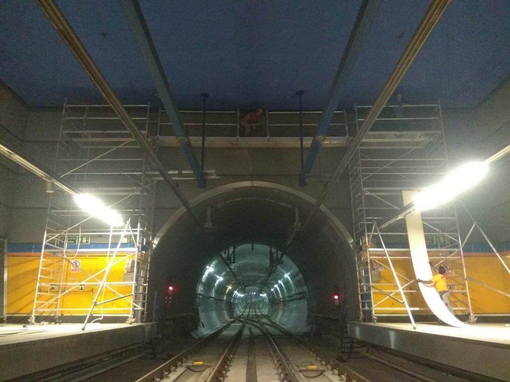Montaje de andamios en el metro de Madrid