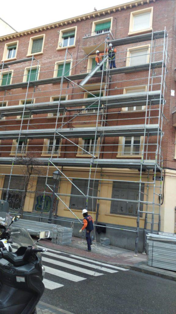 Montaje de andamios para monocapa en calle Moratines